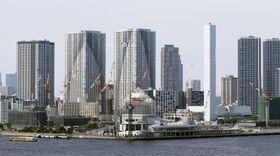 東京臨海部の高層マンション=6月
