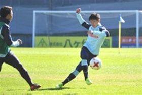 来季加入が内定している磐田の練習でシュートを放つ筑波大の中野=ヤマハ大久保グラウンド