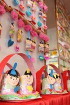 保育園児たちが作ったひな飾り=五島市中央町