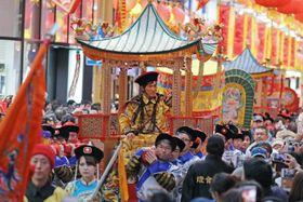 V・ファーレン長崎の前キャプテン、村上佑介さんが皇帝役を務め、市民らを楽しませた皇帝パレード=長崎市浜町