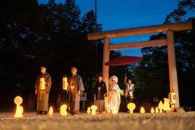 ピーハピィが企画する常磐神社での夜の神前式=水戸市常磐町