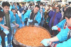 巨大かき揚げを調理する蒲原商工会青年部のメンバーら=静岡市清水区の蒲原生涯学習交流館