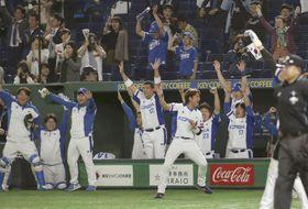 メキシコ戦の5回、金賢洙の3点二塁打を喜ぶ韓国ナイン=東京ドーム