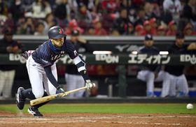 日本―MLB 9回日本1死一、三塁、菊池が一前に決勝点となるセーフティースクイズを決める=マツダ