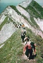 登山客でにぎわう縦走路。崩壊が激しく危険なため、現在は禁止されている
