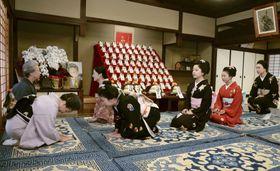 「事始め」で、京舞井上流五世家元の井上八千代さん(左手前)にあいさつする舞妓ら=13日午前、京都市