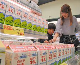 「週刊文春」効果で売り上げが伸びている白バラ牛乳=米子市陽田町、まるごう米子南店
