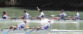 男子かじ付きスカルで優勝した加茂(奥)のクルーら=浜松市天竜区の天竜ボート場で