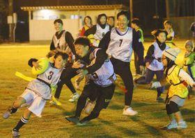 タグラグビーでラグビーの魅力に触れる参加者=浜松市北区の浜松工業高で