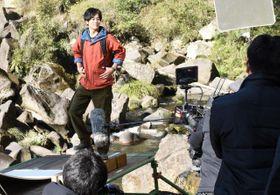 関之尾滝で「赤霧島」のCM撮影を行う松坂桃李さん