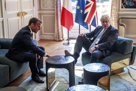 22日、パリのエリゼ宮でフランスのマクロン大統領(左)と会談する英国のジョンソン首相(AP=共同)
