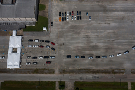 9日、米テキサス州で新型コロナウイルスの検査を待つ人々の車(ロイター=共同)