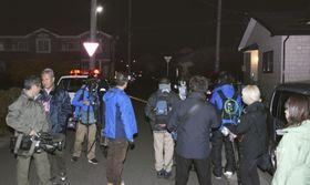 女子児童が切られたとみられる現場付近に集まる報道陣=12日午後9時30分ごろ、青森県八戸市