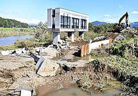 決壊した阿武隈川の堤防。復旧作業が進められている=15日午後1時ごろ、須賀川市浜尾