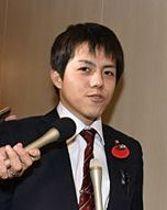 議員控室での録音行為について報道陣に質問される山崎議員