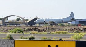 中東海域での情報収集任務の初飛行で、離陸を待つ海上自衛隊のP3C哨戒機=21日、ジブチ(防衛省提供・共同)