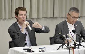 第三者委員会の会合後、浸水原因などについて説明する関西エアポートの担当者=22日午後、関西空港