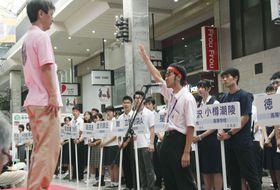 第22回「俳句甲子園」の開会式で、宣誓する私立名古屋高3年原田駿さん=17日午前、松山市