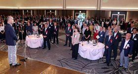 約400人が出席して開かれた山陽新聞レディースカップの歓迎レセプション=岡山市