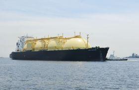 東京ガスの受け入れ基地に近づく米国産シェールガスを積んだ液化天然ガス(LNG)船=21日、横浜市