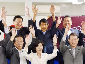 当選が決まり、支持者らと万歳で喜び合う古川俊治氏(後列中央)=21日午後8時12分、さいたま市浦和区の選挙事務所