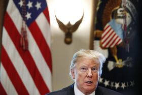 ホワイトハウスでの会議に出席するトランプ大統領=11日、ワシントン(AP=共同)