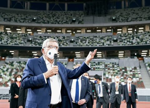 国立競技場を視察し、記者団の質問に答えるIOCのバッハ会長=2020年11月