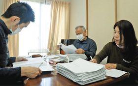 集まった署名の確認をする上野さん(右)ら「ふくしまいせしまの会」会員=伊勢市内で
