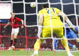 浦和―蔚山 前半、ヘディングで先制ゴールを決める浦和・杉本(左)=埼玉スタジアム