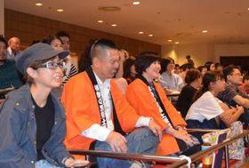 横綱稀勢の里関が負け、悔しい表情を見せる観客=東京・両国国技館