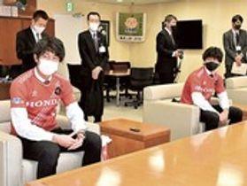 2021年シーズンに向け健闘を誓う池松選手(手前左)と鈴木主将(同右)=浜松市役所