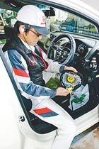 エアバッグの改修作業を行うディーラーの従業員=富山市内