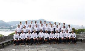 稲佐山をバックに記念写真に納まるスコットランド代表の選手たち