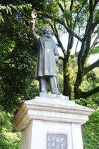 「板垣退助遭難の地」として建立された銅像。現代の岐阜の政治、若者をどう見つめているのか=12日、岐阜市大宮町、岐阜公園