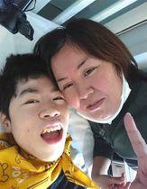 特賞に輝いた杉山晃也さん(左)と母の奈々さん=2020年11月、清水町内(奈々さん提供)