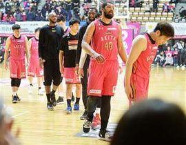 10連敗を喫してチームワーストを更新し、肩を落とす秋田の選手=今月7日、秋田市の県立体育館