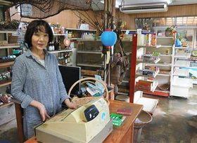 「丸山商店」の閉店を決めた店主の丸山るみ子さん=8日、菊池市