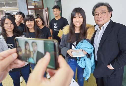 講演後、記念撮影を求められる呉叡人(右端)=1月、台北の台湾大学(共同)