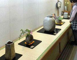素朴で力強い信楽焼が並ぶ神山さんの常設作品展(滋賀県甲賀市信楽町長野・ギャラリーまるた 啓心庵)
