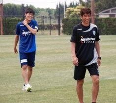 福岡時代の冨安(左)と井原監督=2017年