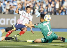 川崎―横浜M 後半、ゴールを決める横浜M・エリキ。右はGK鄭成龍=等々力