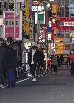 緊急事態宣言が発令され、人通りの少ない歌舞伎町=7日、東京都新宿区で