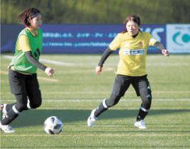 日テレ戦に向けた戦術練習で、ボール奪取を狙う安本(右)
