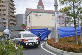 警察官が刺され拳銃を奪われる事件があった千里山交番周辺=2019年6月16日、大阪府吹田市