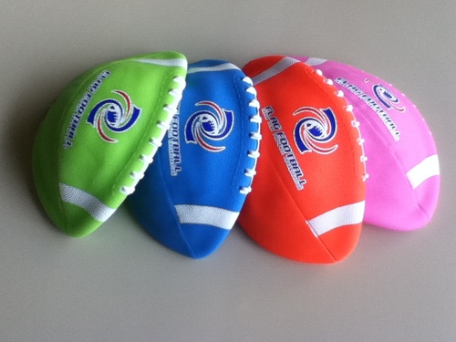 日本フラッグフットボール協会が全国の小学校に無料配布しているボール(2012年度のもの)