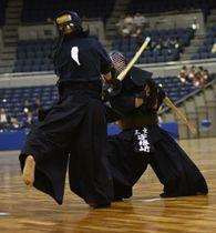 三重―名古屋大谷 男子準々決勝代表決定戦でコテを決めた三重・宇根﨑=県営サンアリーナで