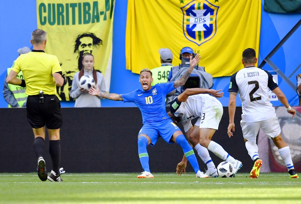サッカーW杯のコスタリカ戦、ゴール前で倒れるブラジルのネイマール(中央)。VARでファウルを認められず=サンクトペテルブルク(共同)