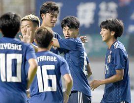 日本―ネパール 前半、先制ゴールを決め、喜ぶ三笘(右から2人目)ら日本イレブン=チカラン(共同)