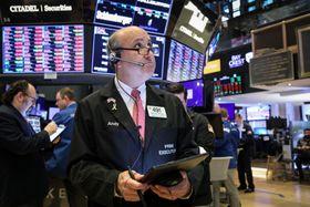 ニューヨーク証券取引所のトレーダー=23日(ロイター=共同)