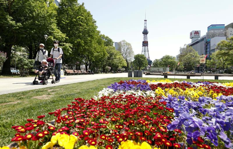 緊急事態宣言が解除され、最初の週末を迎えた札幌市の大通公園=30日午前